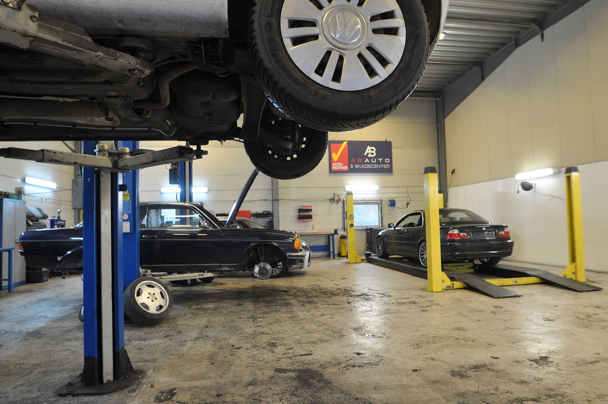 Autoværksted, Mekaniker, bilmekaniker, autocenter københavn, autocenter, skadecenter, reparation af biler, olieskift, skift af dæk